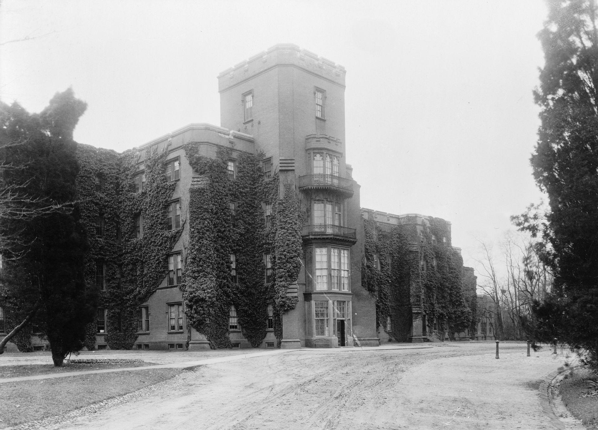1920px-Center_building_at_Saint_Elizabeths,_National_Photo_Company,_circa_1909-1932